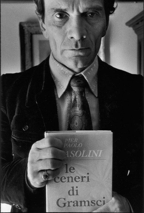 """Pasolini tiene in mano un'edizione con copertina rigida de le """"Ceneri di Gramsci. Sen'altro non avrebbe gradito di vederlo su uno schermo. Ma chi sa? Pasolini non avrebbe mai cessatio di stupirci."""